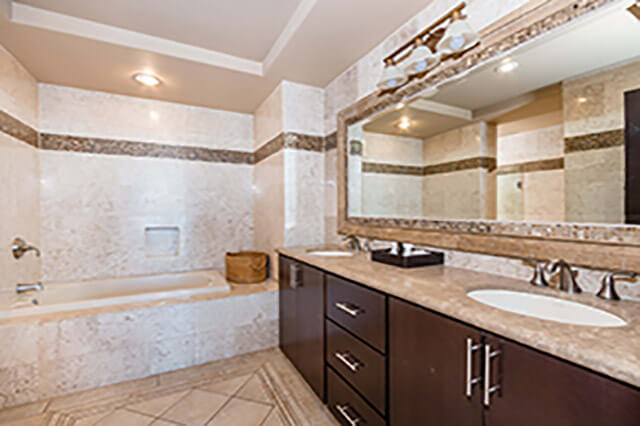 oversize tub in this rocky point condo rental
